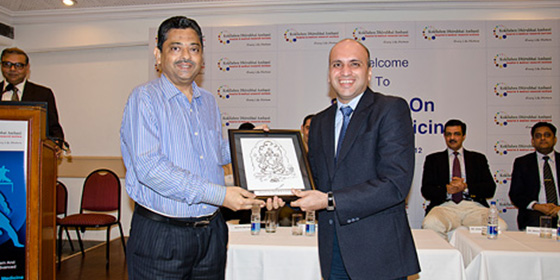 Dr. Shetty presents token of appreciation to the delegates